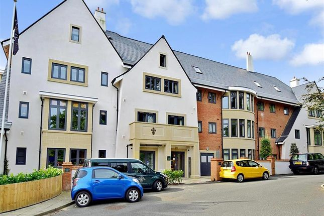 2 bedroom flat for sale in Bolnore Road, Fleur De Lis, Haywards Heath, West Sussex