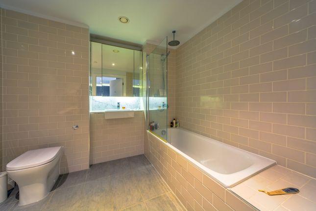 Bathroom of Trafalgar Place, Elephant & Castle, London SE17
