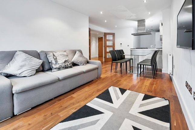 2 bed flat to rent in Nelson Street, London