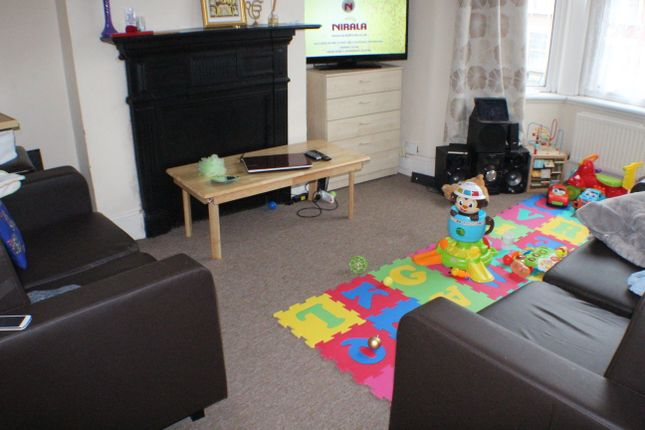 Thumbnail Flat to rent in De Vere Gardens, Ilford