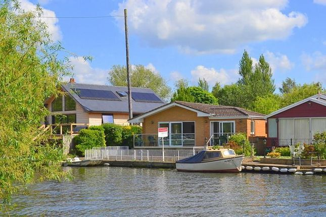 Thumbnail Bungalow for sale in Pharaohs Island, Shepperton