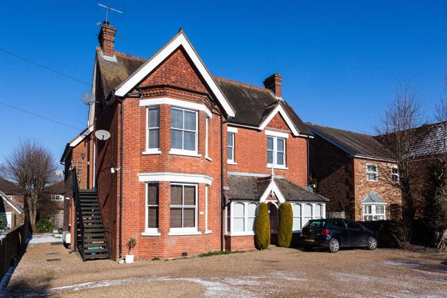 2 bed flat to rent in Kings Road, Horsham
