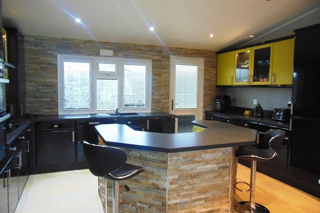 Thumbnail Mobile/park home for sale in Pirton Close, Broadway