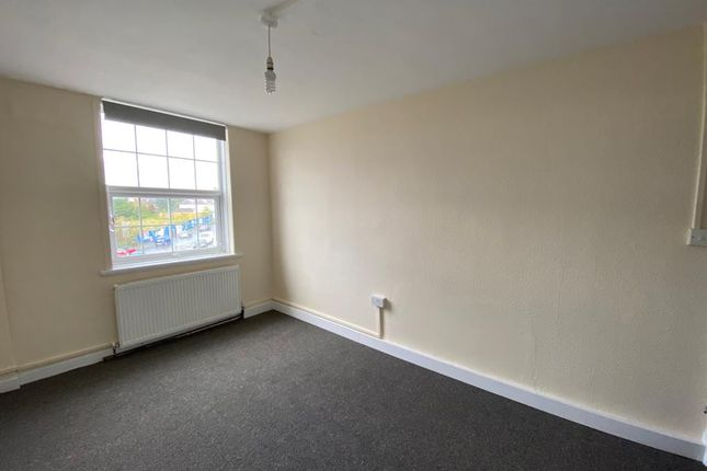 3 bed flat to rent in Castle Parade, Epsom, Surrey KT17