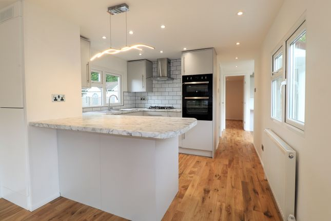 Thumbnail Mobile/park home for sale in Belgrave Drive, Kings Langley, Hertfordshire