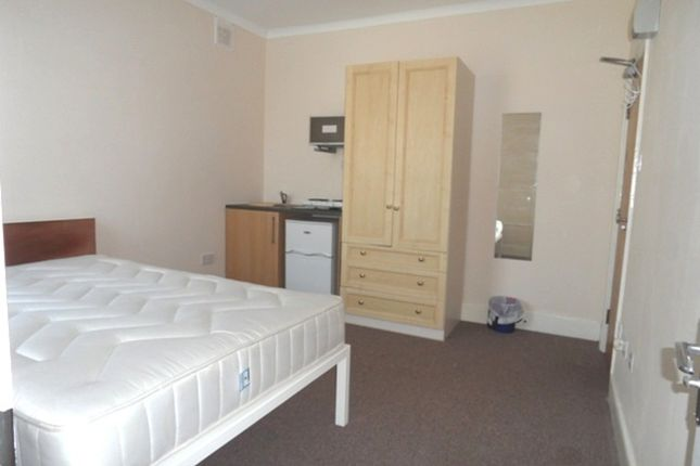 Room to rent in Otterfield Road, West Drayton