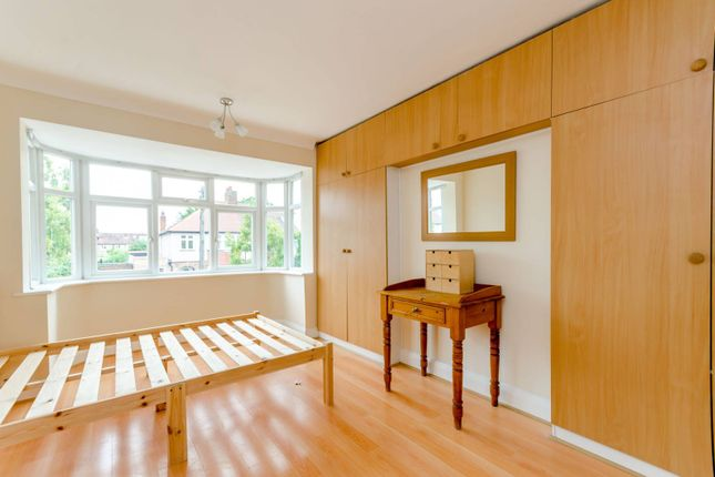 4 bed property to rent in Queen Mary Avenue, Morden