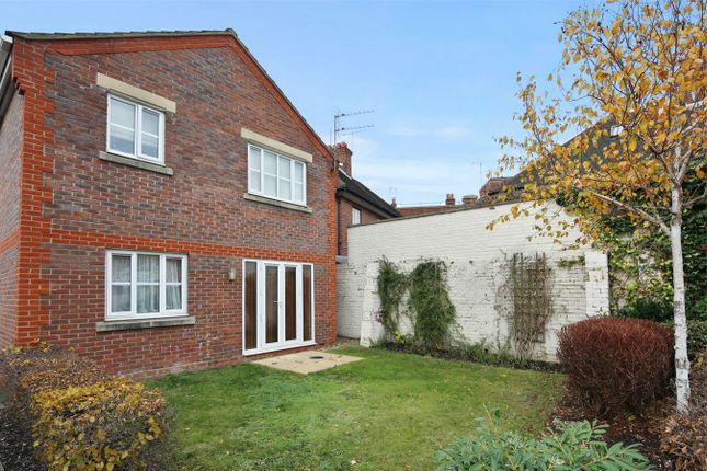 Flat to rent in Amelia Close, London