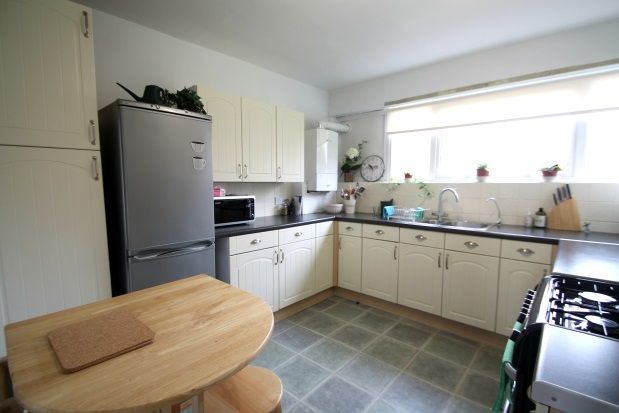 2 bed flat to rent in St. Peters Close, Hove