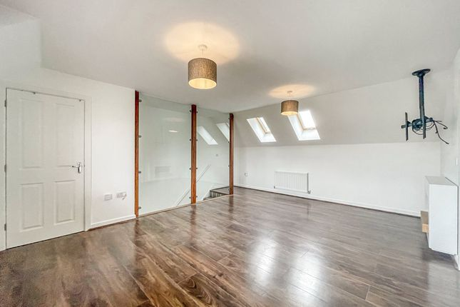 2 bed property to rent in Warwick Crescent, Basildon SS15