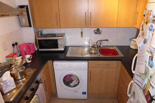 Fitted Kitchen: of Gomersall House, Cavendish Approach, Driglington, West Yorkshire BD11