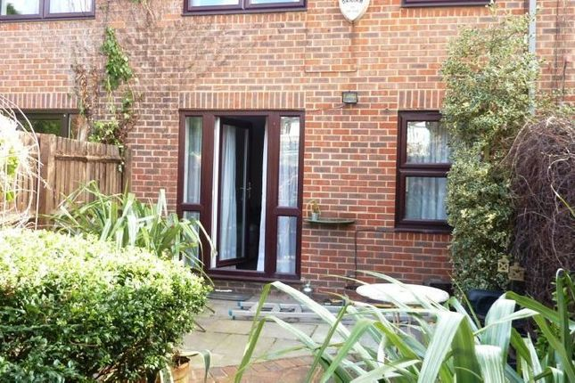 3 bed flat to rent in Ploughmans Close, London
