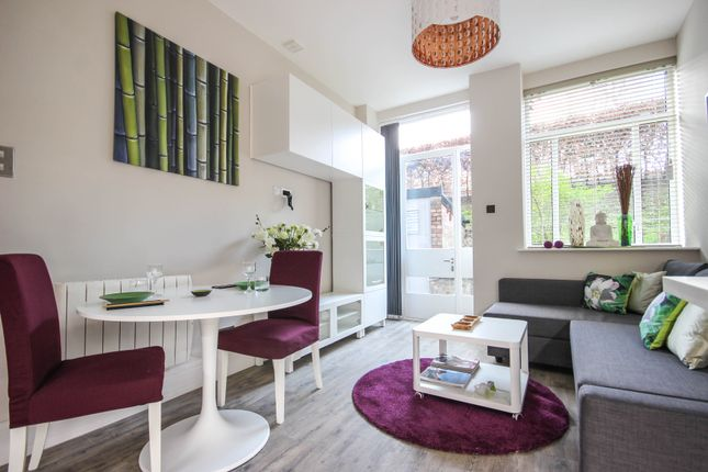2 bed flat to rent in Rosebery Avenue, London