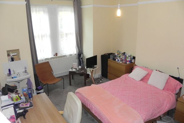 Room to rent in Southernhay, Station Approach GU1 4Dq