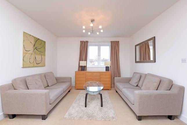 2 bed flat to rent in Denham Road, Egham