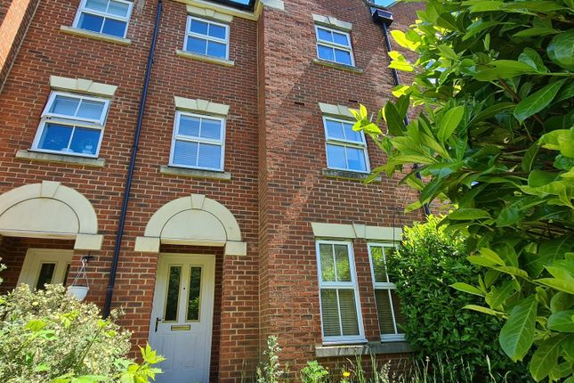 Thumbnail Town house for sale in Malyon Close, Braintree