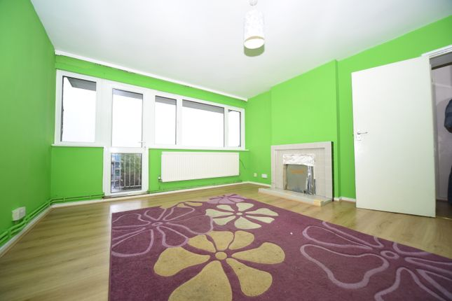 2 bed flat to rent in Summit Court, London