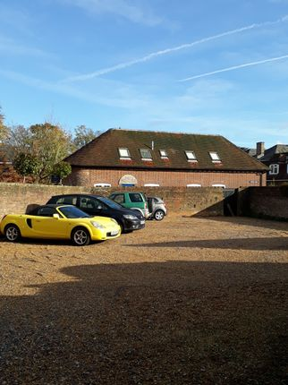 Parking/garage to let in R/O 22 High St, Petersfield