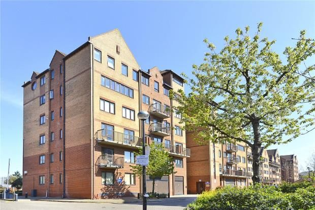 2 bed flat for sale in Amsterdam Road, Docklands