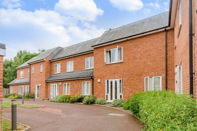 2 bed flat to rent in Salento Close, Finchley, London N3