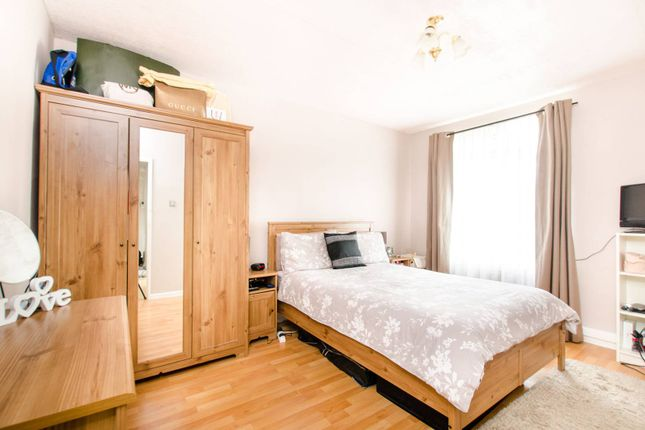 3 bed flat to rent in Thorncroft Street, Vauxhall