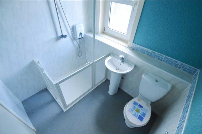 Bathroom of Shawburn Street, Hamilton ML3