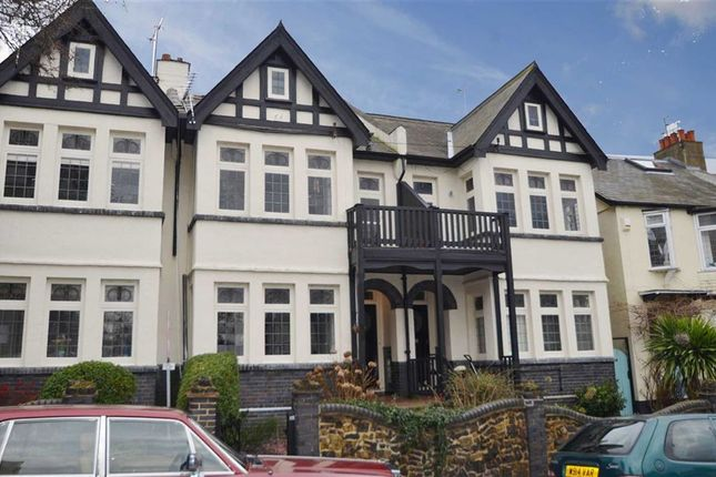 Thumbnail Flat to rent in Grand Drive, Leigh-On-Sea, Essex