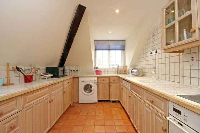 2 bed flat to rent in Addison Road, Holland Park