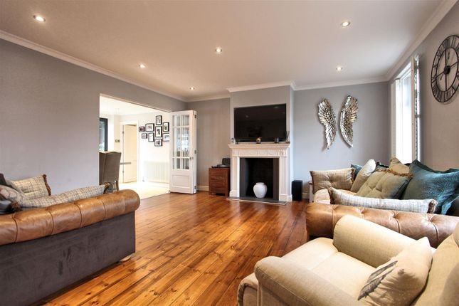 Living Room of Chertsey Road, Byfleet, West Byfleet KT14