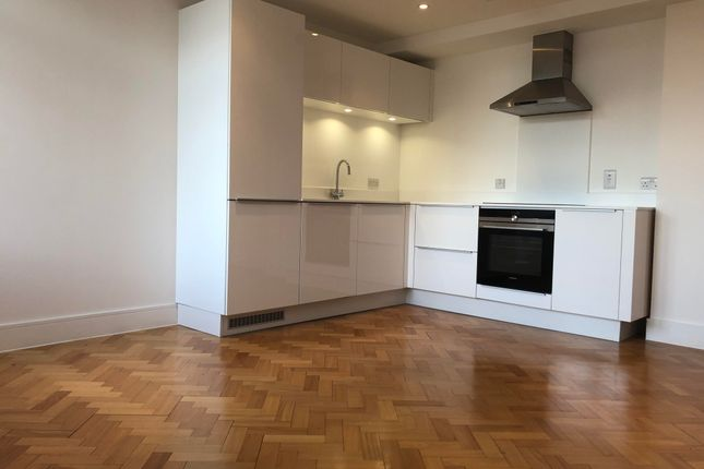 2 bed flat to rent in Parkway, Chelmsford CM2