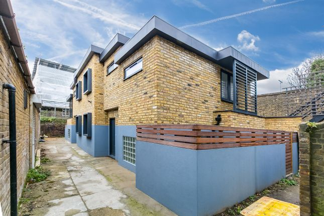 Thumbnail Mews house for sale in Slindon Court, London