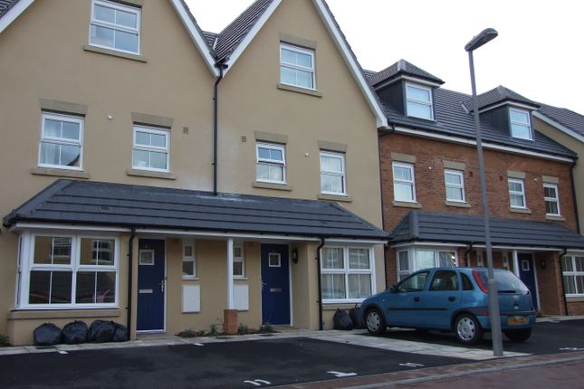 Thumbnail Town house to rent in Carisbrooke Close, Stevenage