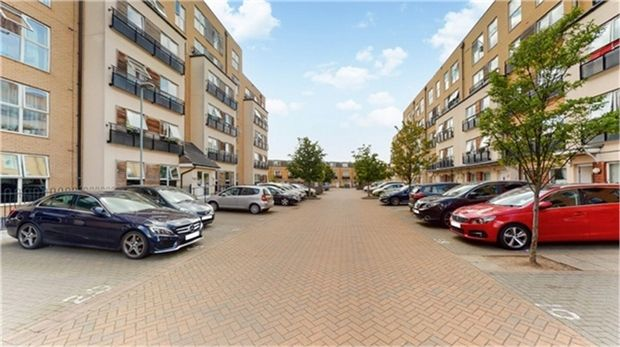 Thumbnail Flat to rent in Lanadron Close, Isleworth, Greater London