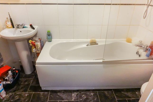 Bathroom of 998 Lincoln Road, Peterborough PE4
