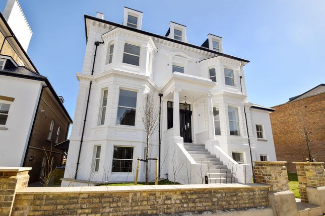Thumbnail Flat to rent in Avenue Elmers, Surbiton