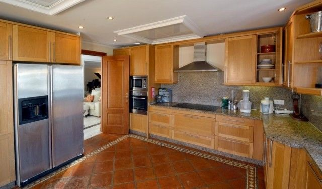 7 Fully Fitted Kitchen
