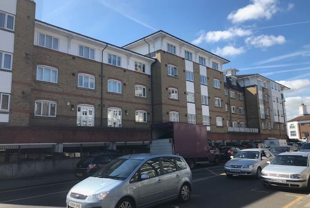 Thumbnail Flat to rent in Gainsborough Court, Homesdale Road, Bromley