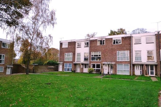 Flat to rent in Hyde Heath Court, Crawley