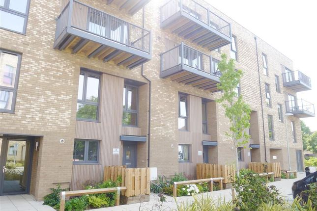 3 bed flat to rent in Fisher Close, London