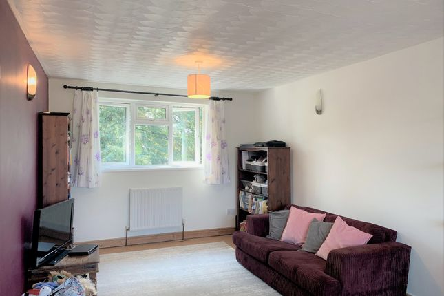 Thumbnail Flat to rent in Roffey Close, Horley