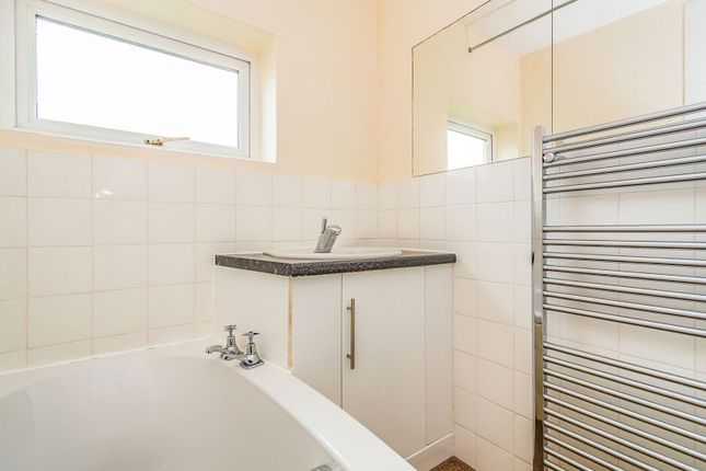 Bathroom of Hollydale Close, Reading RG2
