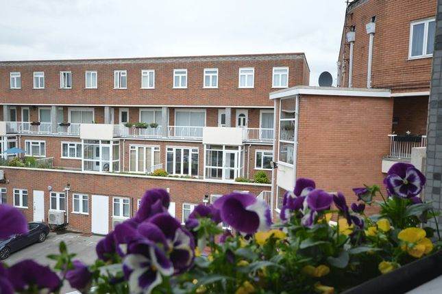 Thumbnail Flat to rent in Burkes Road, Beaconsfield