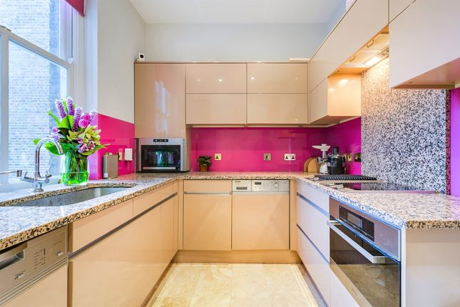 Thumbnail Flat for sale in Earl's Court Square, London