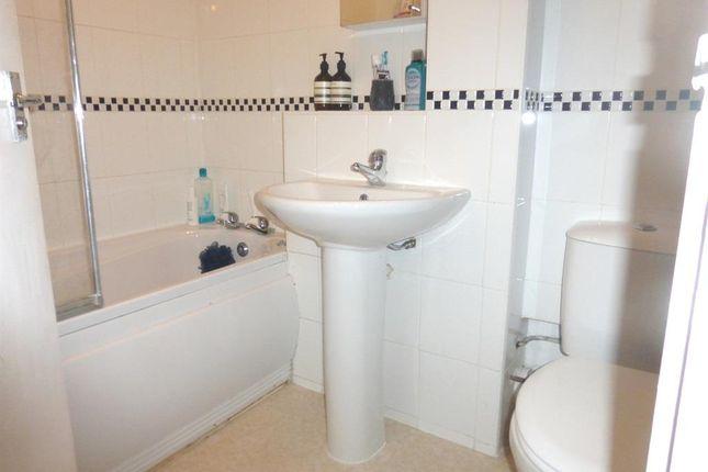 Bathroom of Nightingale Walk, Hemel Hempstead HP2