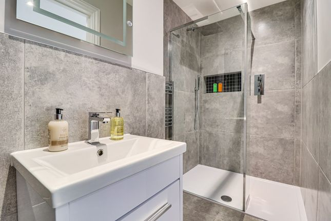 En-Suite of Kingswood Chase, Leigh-On-Sea SS9