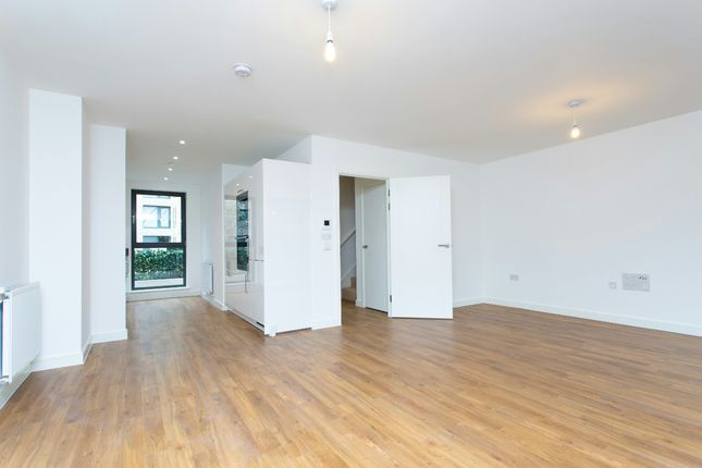 Thumbnail Flat to rent in Waterside Park, Kingfisher Heights, Royal Docks