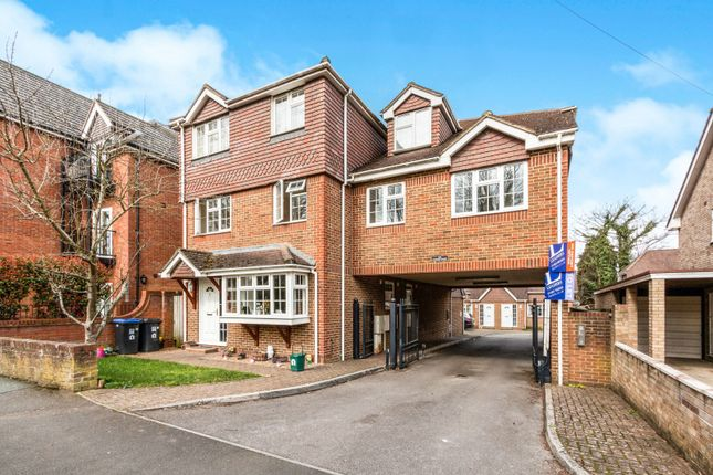 Thumbnail Flat to rent in West Byfleet, Surrey