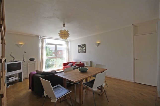 2 bed flat to rent in Victoria Drive, London