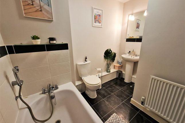 Family Bathroom of Fortune Avenue, Edgware HA8