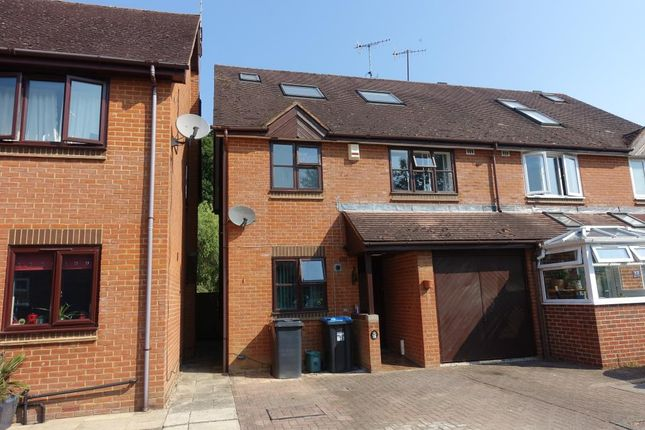 4 bed semi-detached house to rent in Smallfield, Horley, Surrey RH6